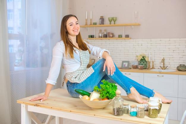 Młoda piękna kobieta w kuchni