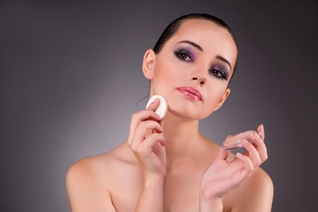 Młoda piękna kobieta w makijażu pojęciu