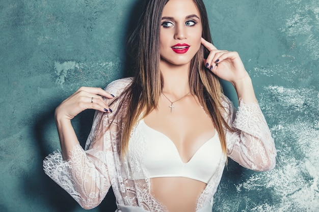 Młoda piękna kobieta w modnej lnianej luksusowej brunetki w studiu