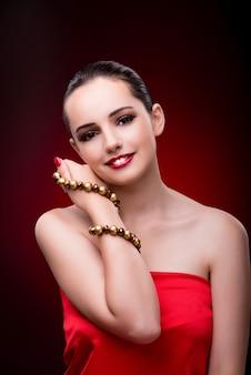Młoda piękna kobieta w piękno mody pojęciu