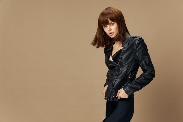 Młoda piękna kobieta w skórzanej kurtce