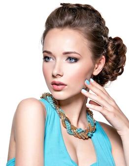 Młoda piękna kobieta z biżuterią.