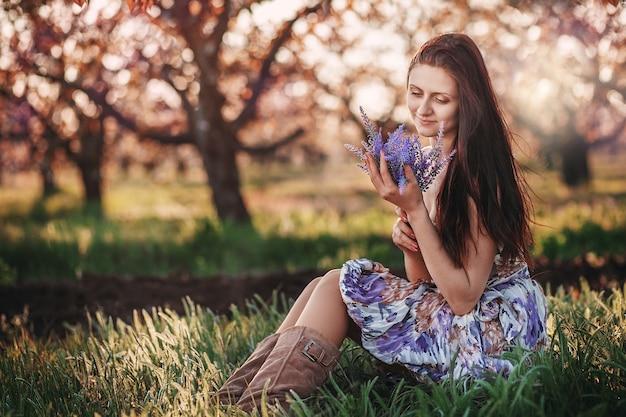 Młoda piękna kobieta z bukietem lawendy