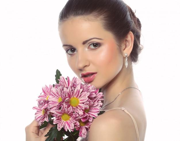 Młoda piękna kobieta z bukietem różowi kwiaty