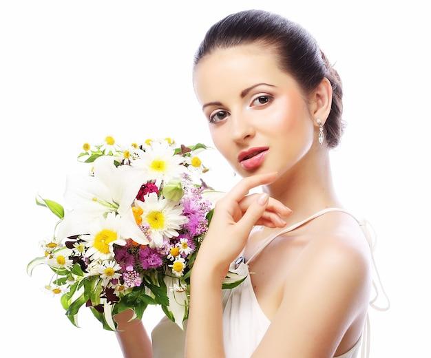 Młoda piękna kobieta z bukietem, szczęśliwy dzień. na białym tle.
