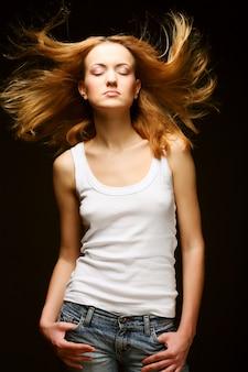 Młoda piękna kobieta z długimi włosami