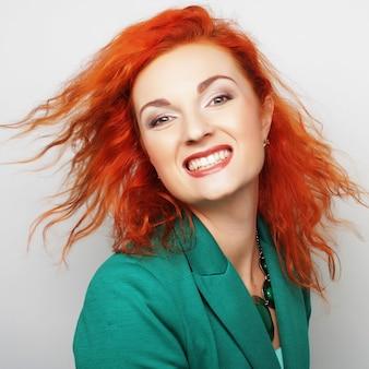 Młoda piękna kobieta z dużym szczęśliwym uśmiechem