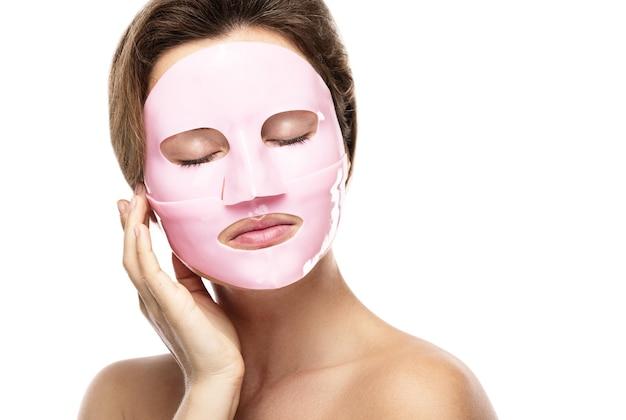 Młoda piękna kobieta z gumową maseczka na twarz