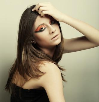 Młoda piękna kobieta z jasny makijaż