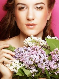 Młoda piękna kobieta z kwiatami bzu