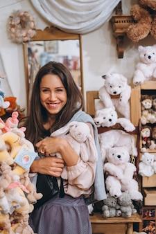 Młoda piękna kobieta z małym pluszowym królikiem