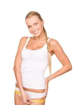 Młoda piękna kobieta z miarką na białym