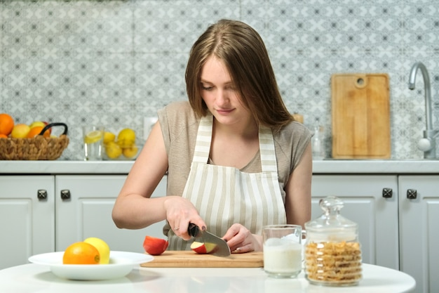 Młoda piękna kobieta z owocami w kuchni