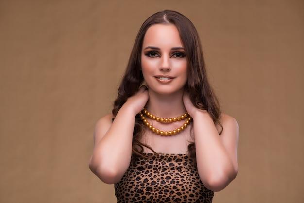 Młoda piękna kobieta z perełkową kolią