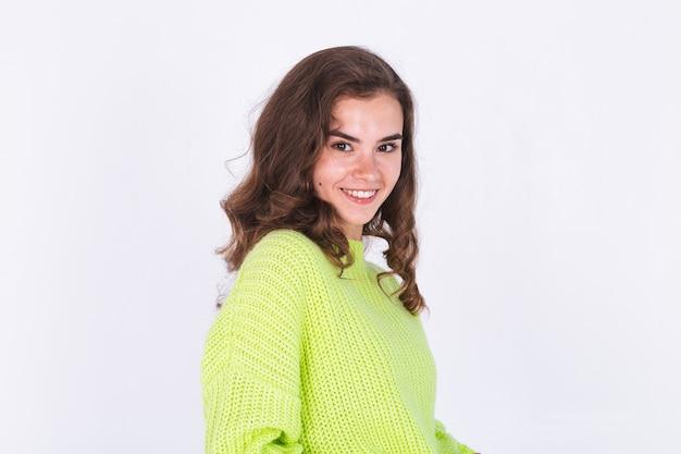 Młoda piękna kobieta z piegami lekki makijaż na białej ścianie szczęśliwy słodki słodki uśmiech