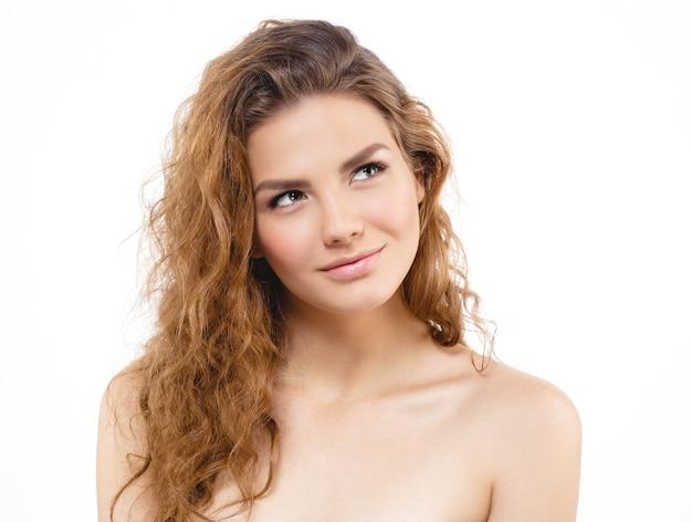 Młoda piękna kobieta z piegami studio portretowe na jasnym tle pozowanie hipster