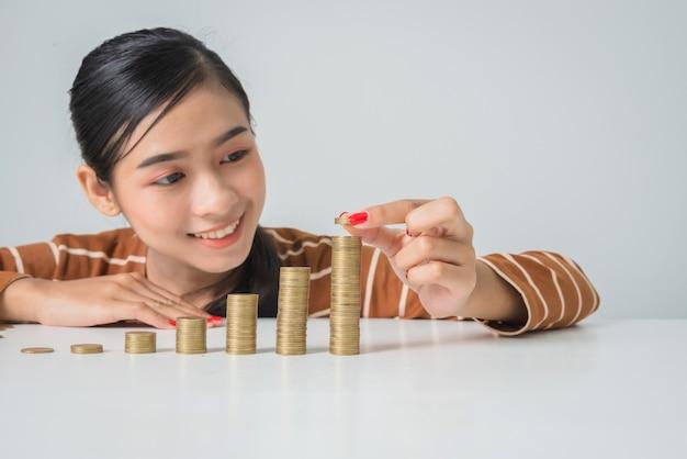 Młoda piękna kobieta z stertą monety