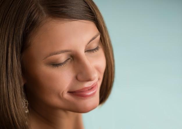 Młoda piękna kobieta z zamkniętymi oczami z dnia makijażu oczu cieni