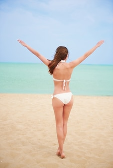 Młoda piękna kobieta, zabawy na plaży