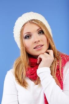 Młoda piękna kobieta ze śniegiem