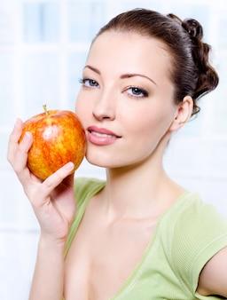 Młoda piękna kobieta zmysłowości z jabłkiem