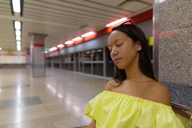 Młoda piękna kobieta zwiedzanie miasta bangkok