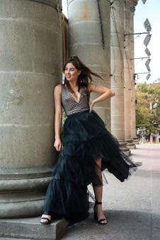 Młoda piękna ładna dziewczyna posign w sukience w miejskiej powierzchni