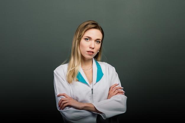 Młoda piękna lekarka gotowa do pracy w szpitalu