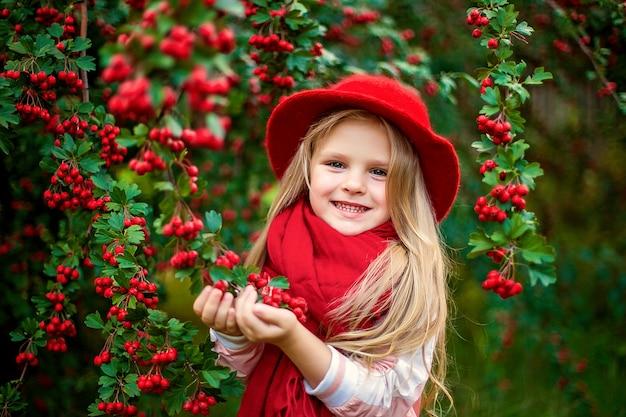 Młoda piękna mała stylowa dziewczyna w pogodnym jesień parku