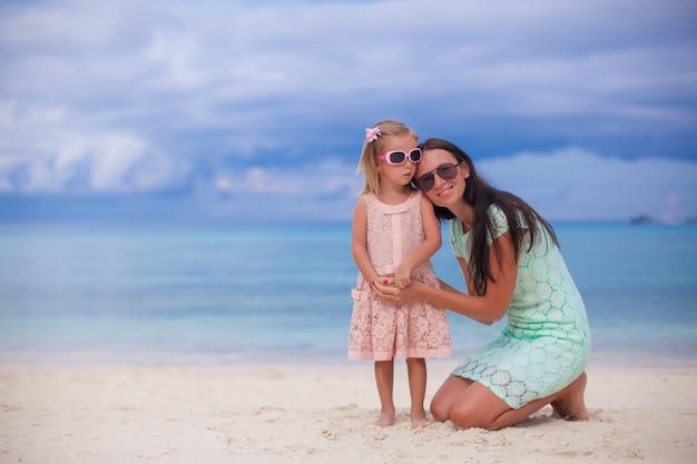 Młoda piękna mama i jej urocza córeczka cieszą się wakacjami