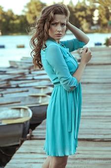 Młoda piękna modelka pozowanie na molo