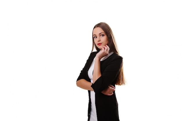 Młoda piękna modelka w białej sukni na szarym tle