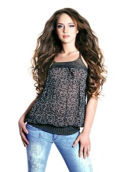 Młoda piękna modelka z długimi włosami - na białym tle