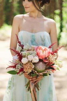 Młoda piękna panna młoda w niebieskiej sukni ślubnej