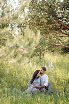 Młoda piękna para spędza czas w ogrodzie