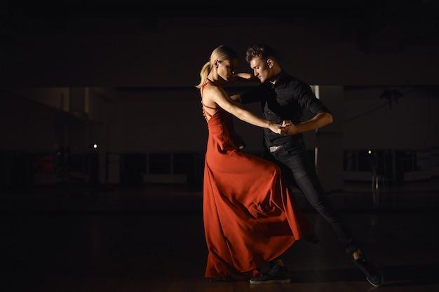 Młoda piękna para tańczy z pasją