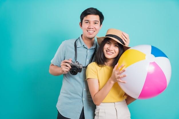 Młoda Piękna Para W Lecie W Wakacyjnej Podróży Z Akcesoriami Plażowymi Premium Zdjęcia