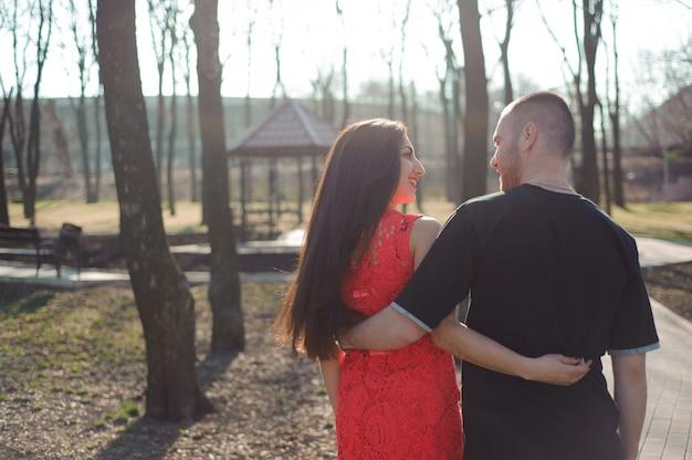 Młoda piękna para zakochanych pozowanie odkryty w mieście. młoda kobieta uśmiecha się z jej przystojnym mężczyzną.