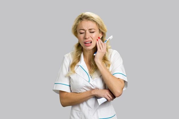 Młoda piękna pielęgniarka o bólu zęba