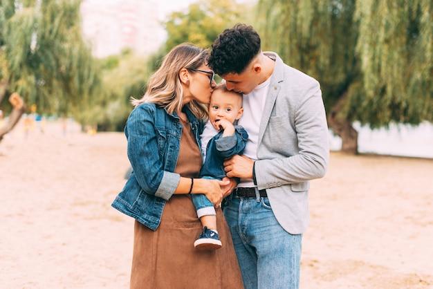 Młoda piękna rodzina spędza razem trochę czasu na świeżym powietrzu