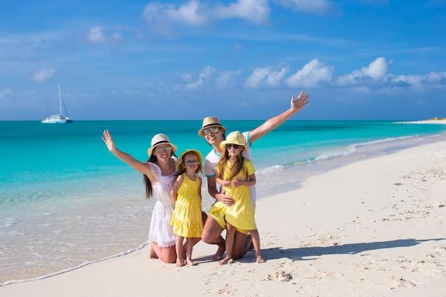 Młoda piękna rodzina z dwójką dzieci na karaibskich wakacjach