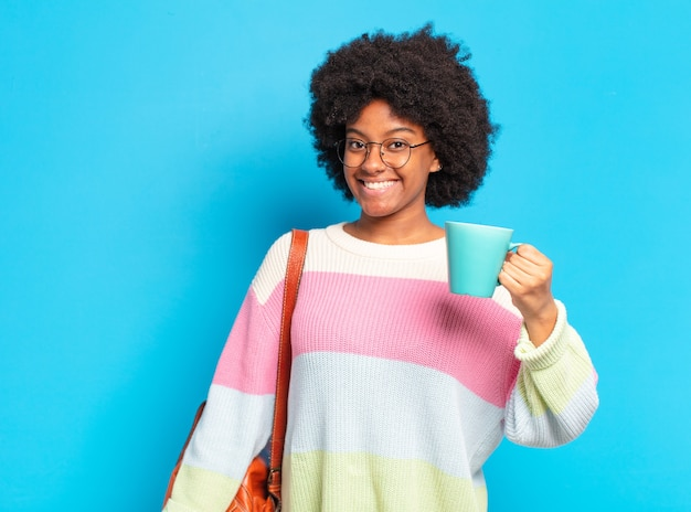 Młoda piękna studentka afro kobieta z filiżanką kawy