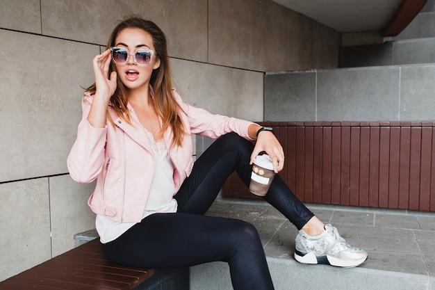 Młoda piękna stylowa hipster kobieta w różowej skórzanej kurtce