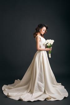 Młoda piękna stylowa kobieta w sukni ślubnej