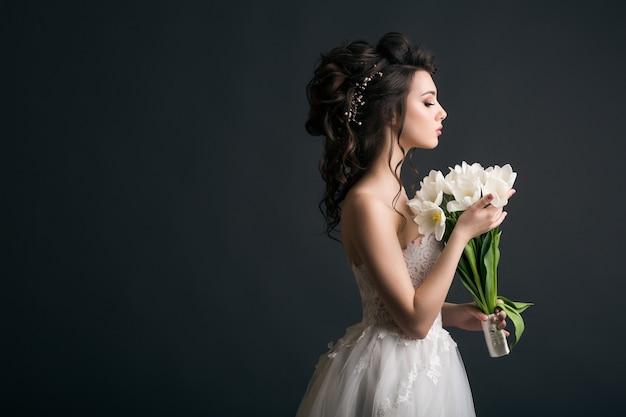 Młoda Piękna Stylowa Kobieta W Sukni ślubnej Darmowe Zdjęcia