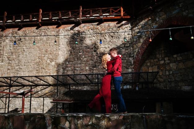 Młoda piękna stylowa moda para w czerwonej sukience w historii miłosnej na starym mieście