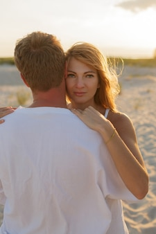 Młoda piękna stylowa para na plaży.