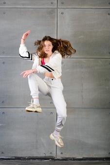 Młoda piękna tancerka pozowanie na tle studio
