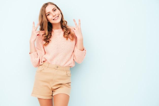 Młoda piękna uśmiechnięta kobieta w modnych letnich ubraniach
