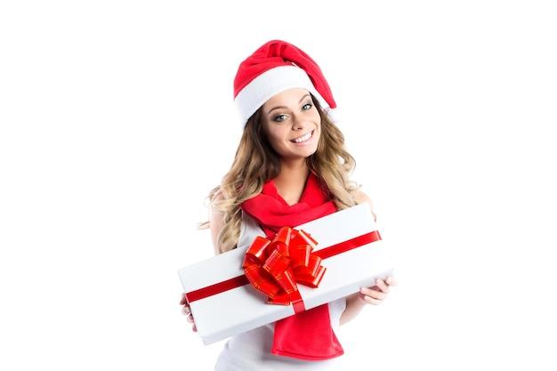 Młoda piękna uśmiechnięta kobieta z prezentem na białym tle.
